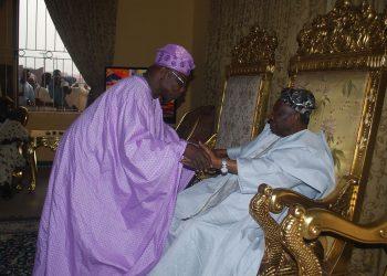 Former president Olusegun Obasanjo  exchanging pleasantries with Soun of Ogbomoso Oba Jimoh Oladuni Oyewumi Ajagungbade111