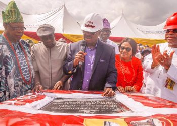 Governor Abiola Ajimobi, flanked by his wife and Deputy, representative of Olubadan and other dignitaries at the official flagg off of Ibadan Circular road on friday