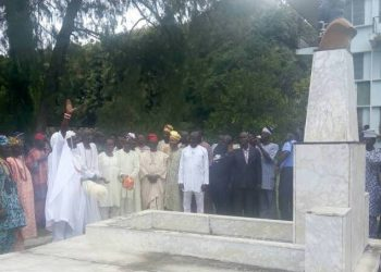 The monarch @ Akintola's grave in Ogbomoso