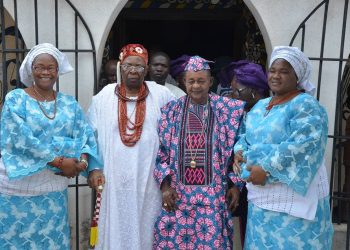 Alaafin of Oyo flanked by Owa Obokun and his olori during their visit to Oyo on thursday. Pic. source . Bode Durojaiye