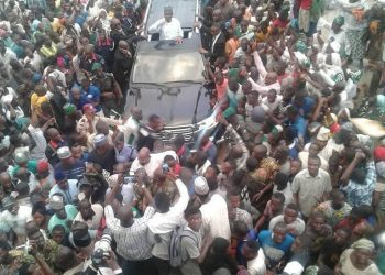 Saraki's convoy surrounded by crowd in Ilorin