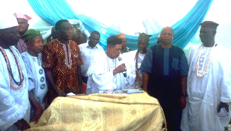 Alaafin of Oyo, Oba Lamidi Olayiwola flanked by the author Mr Sayo Alagbe and others unveiling the books