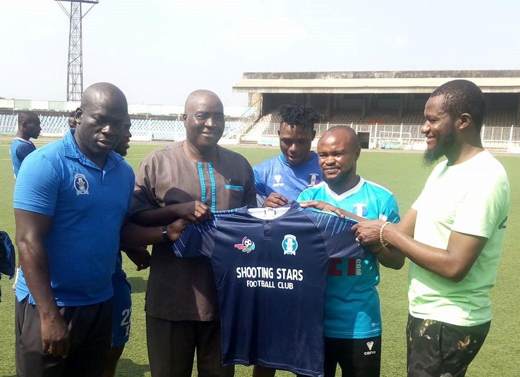 General Manager of 3SC, Rasheed Balogun receiving the Jersey from