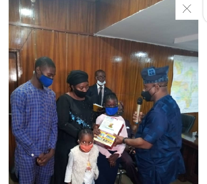 Makinde presents cash gift to family of the late party chieftain