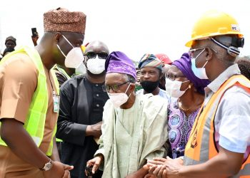 Oyo State Governor, Engr Seyi Makinde (left); his deputy, Engr Rauf Olaniyan (right); Chief Theophilus Akinyele and his wife, Mariam (middle) during the Official flag-Off of 21km Construction of Airport road, Ajia-New Ife Express road Spurb to Amuloko road, Ibadan. PHOTO: Oyo State Government.