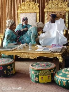 Alaafin of oyo and his Olori greeting Soun of Ogbomoso
